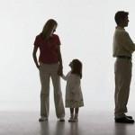 как правило ребенок остается с матерью