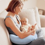 Мать с ребенком на диване