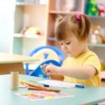 Девочка рисует в садике