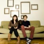 Молодая семья на диване