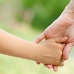 Рука матери и ребенка