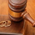 Судебный молоток и обручальные кольца