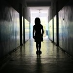 Ребенок один в коридоре