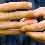Человек снимает обручальное кольцо