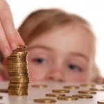 Ребенок складывает монеты